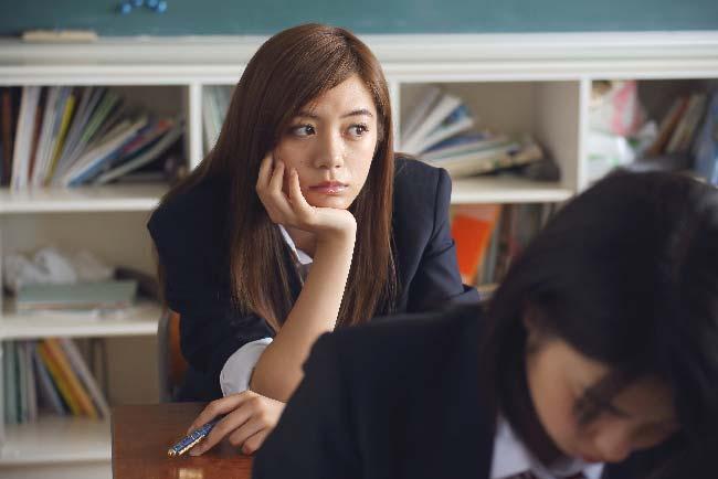 estudiante en el aula pensando en otra cosa