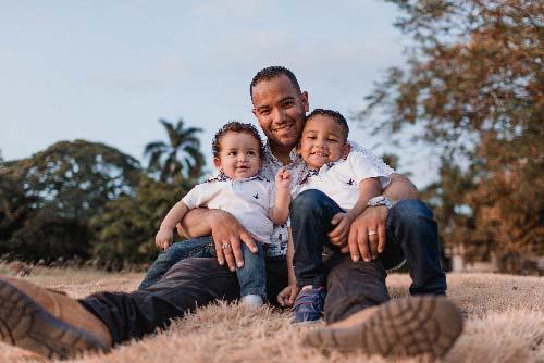 familia sonriente en el campo