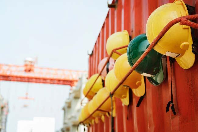 cascos de trabajadores en el exterior de una obra