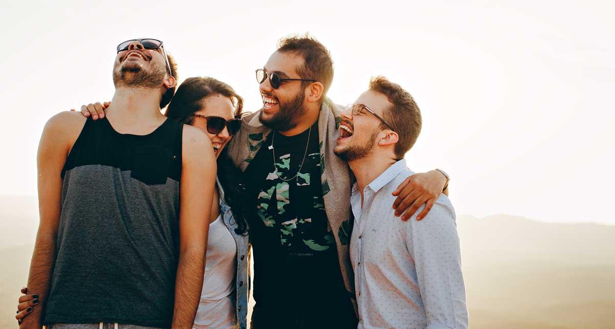 grupo de jóvenes riendo