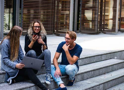 Estudiantes extranjeros en el exterior de la universidad