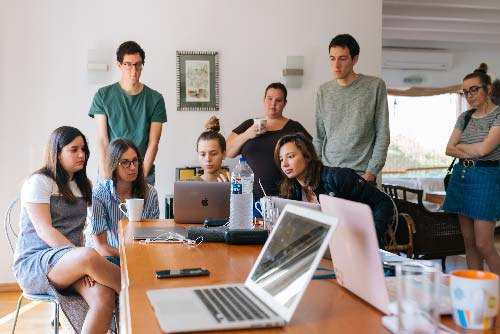 grupo de jóvenes en un piso