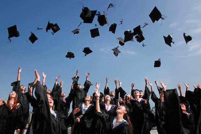 celebrando la graduación universitaria