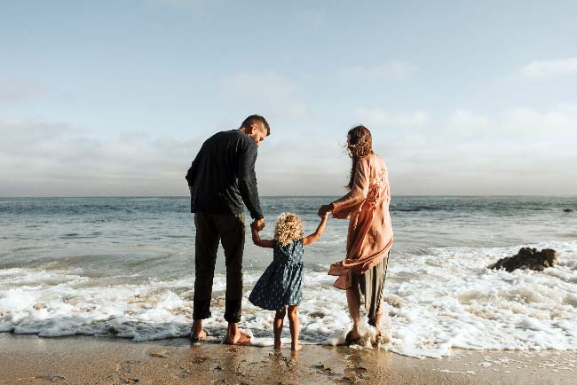 pareja con hija en la playa