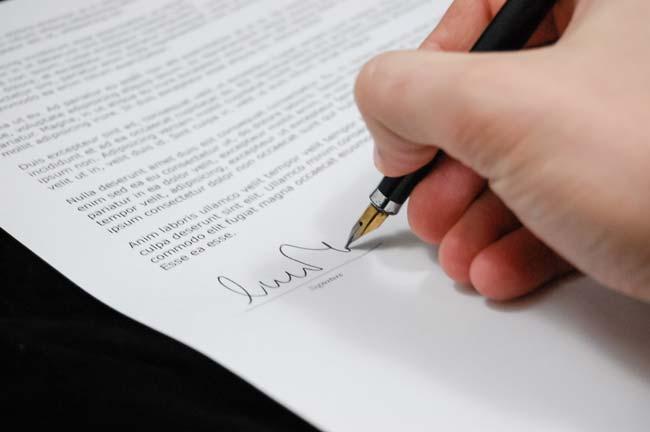 firmando un recurso de reposición administrativo