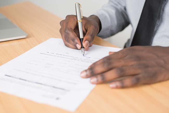 firmando un ejemplo de recurso de reposición