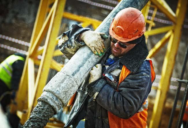 Operario de la construcción trabaja en una obra