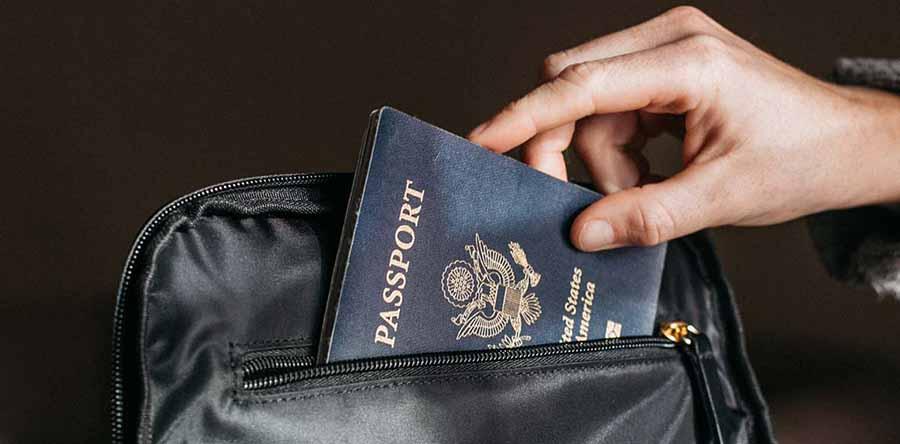 visa y pasaporte se coloca en bolsa de viaje