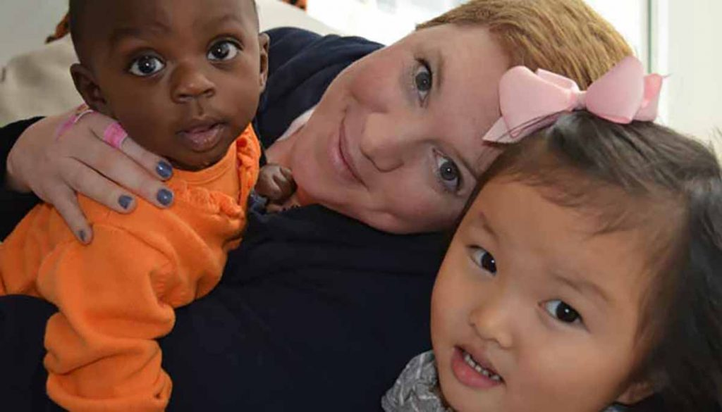 madre con hija china e hijo africano