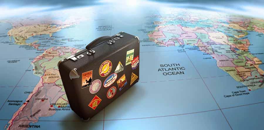 Maleta sobre un mapa del mundo