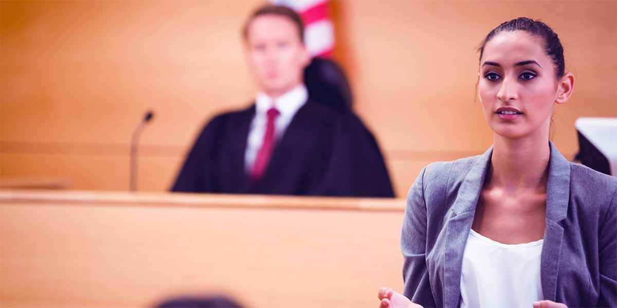 mujer declarando en el tribunal