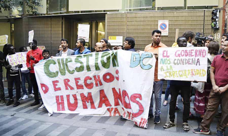 hombres de diferentes razas se manifiestan en la calle con pancartas