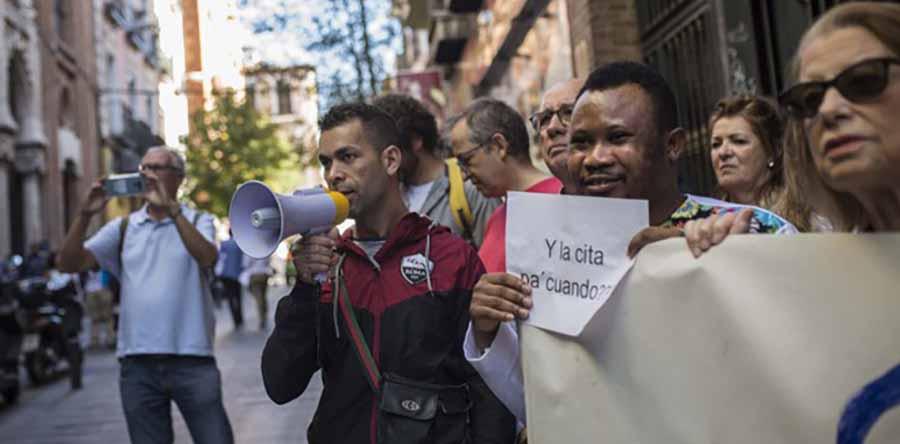 hombres de diferentes razas se manifiestan en la calle con megafonos