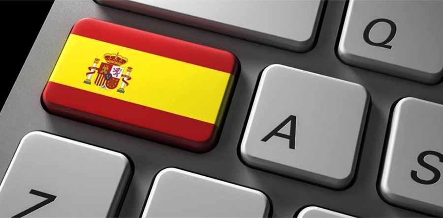 teclado de ordenador con una tecla con la bandera espanola pintada