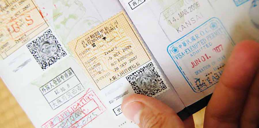 tarjeta de tramites de extranjeria con sellos de diferentes paises