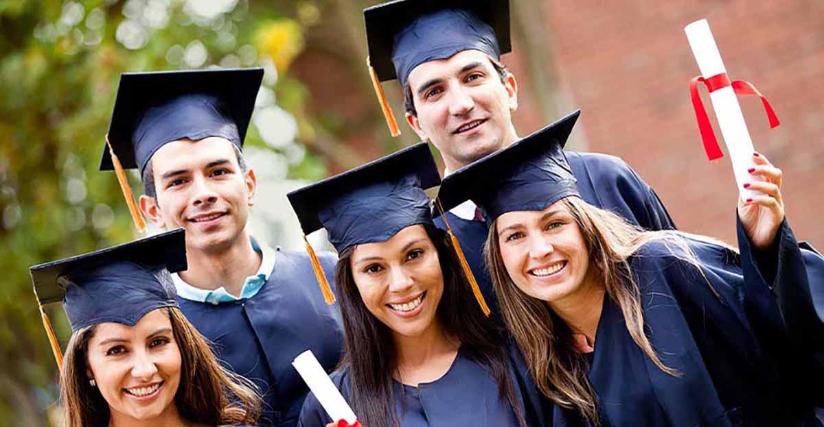 estudiantes universitarios con toga azul y diplonas